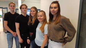 Oliver Lodenius, Kelvin Lehtimäki, Wilma Grandell, Anna Wikström och Binta Smith i Virkby gymnasium.