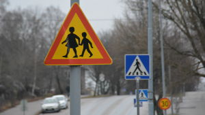 Trafikmärken på Halmstadsgatan i Hangö.