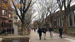 Studerande vandrar bland 1800-talsbyggnaderna på University of Pennsylvanias campus i Philadelphia.