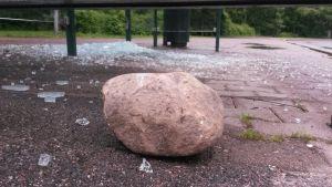 Sten vid glassplitter vid busshållplats