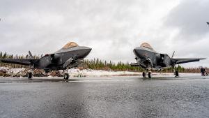 F-35 Lightning II-hävittäjät Satakunnan lennoston kentällä Pirkkalassa.
