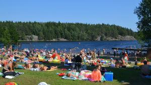 En strand fylld av människor.