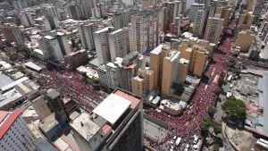 Venezuelaner följde med processen då Chávez kista fördes till militärakademin.