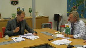 SFP:s Anders Walls och stadsdirektör Mårten Johansson i Raseborg.