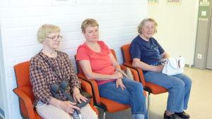 Anja-Liisa Kousa, Teija Liljamo och Kyllikki Jokela vill att Pojo hvc håller öppet
