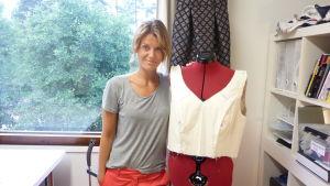 Elin Sandholm designar och syr kläder.