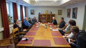 (Fr.v.) Riksdagsledamot Matti Saarinen (SDP) och Trafikverkets generaldirektör Juhani Tervala diskuterade elektifiering av Hangö-Hyvingebanan med Hangö stads ledning.