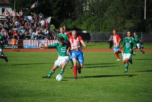 BK:s Jesse Pitkänen och Grankullas Jari Antikainen kämpar om bollen.