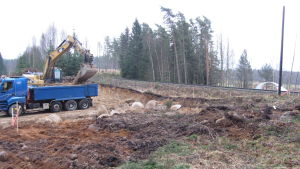 I Svedja schaktas jordmassor bort för att ge rum för vägarna som ska byggas under järnvägen.