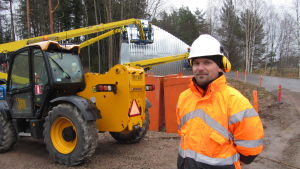 Försäljningsmanager Janne Pitkänen vid Rumtec Oy på plats vid vägtrummebygget i Svedja i Karis.