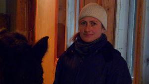 Nora Brandt i stall Långvik