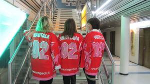 Tanja Hautala, Ronja Hortana och Jenny Svartsjö hör till Red Mamas.
