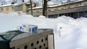 Hälsocentralens rökplats ligger flera meter från ingången.