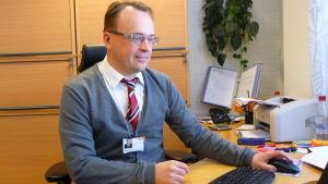 Tommy Virkama på Startia i Vasa ger råd till dem som funderar på att starta eget.
