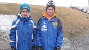Emil Bäcklund och Joel Lindholm spelar fotboll i Korsnäs