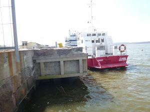 Kajkonstruktion och några båtar i Norra hamnen i Ekenäs.