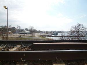 Norra hamnens hamnplan  i Ekenäs med ett järnvägsspår i förgrunden.