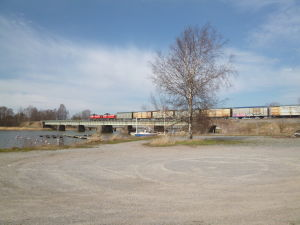 Godståg kör över bron i Ekenäs.