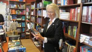 Arlene Sundquist Empie med sin bok Till Amerika vi gå.