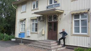 Rune Drockila framför Pyttis kommunbyrå