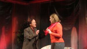 Carola Sarén och Alexandra Häggman spelar upp scen i pjäsen Kaos, på Wasa teater.