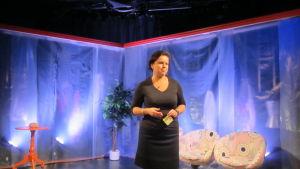 Ann-Louise Bertell har regisserat pjäsen Kaos, vid Wasa teater.