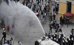 Vattenkanoner mot demonstranter