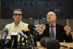 Professorerna Francois Bochud (t.v.) och Patrice Mangin vid presskonferensen i Lausenne