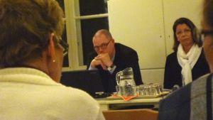 Aktias regiondirektör Christer Nyback och kontorsdirektören i Pojo Marja Saari.