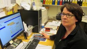 Köpman Monica Brunberg lär sig postservice via nätstudier