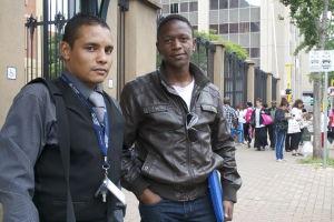 Travis och Hope utanför domstolen i Pretoria.