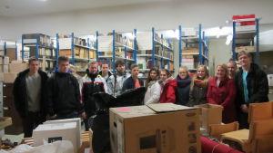 Hangö gymnasiums kurs i lokalhistoria besöker Hangö museums bildarkiv
