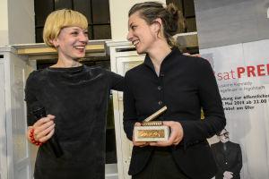 Prisutdelning under festivalen; Theatertreffen-chefen Yvonne Büdenhölzer och regissören Susanne Kennedy.