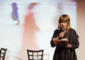Eeva Park lausuu runoja Tanssiva karhu -klubilla
