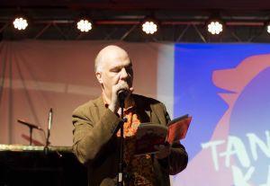 Runoilija Juha Kulmala lausuu runoa teoksestaan Tanssiva karhu -klubilla