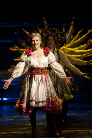 Tiina Weckström näyttelee Julija Teetä Kansallisteatterin näytelmässä Slava! Kunnia.
