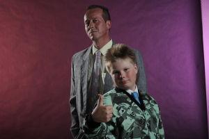 Marko ja Eetu puettuina 80-luvun sotisopaan.