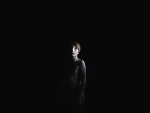 Aapo Huhdan kuvasarja, muotokuva pimeässä