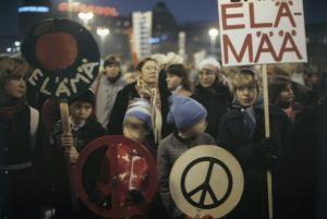 Människor demonstrerar för fred