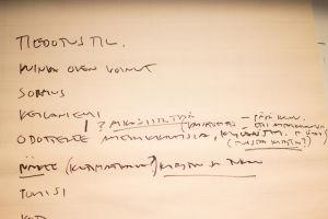 Mielipuolen päiväkirjan runko kirjoitettuna fläppitaululle.