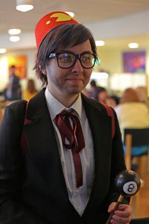 """Tove Anttonen utklädd till Grunkle Stan i """"Gravity Falls"""" på popcult Helsinki 2015."""