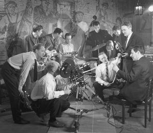 Jazzia vanhassa talossa -elokuvan kuvaukset, vasemmalla seisomassa ohjaaja Osmo Harkimo, oikealla istumassa filmin suunnittelija Harry Orvomaa.