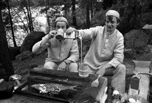 Veijo Vanamo ja Jaakko Kolmonen nuotiolla (1970).