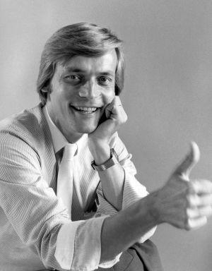 Hittimittarin juontaja (1984-85) Timo T. A. Mikkonen näyttää peukkua.