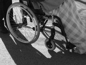 Svartvit bild på dam i rullstol