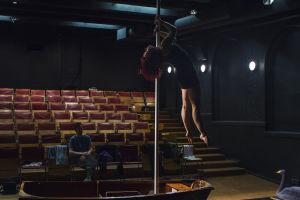 Ohjaaja Ville Walo ja sirkustaiteilija Noora Juppi Swan of Tuonela-teoksen harjoituksissa.