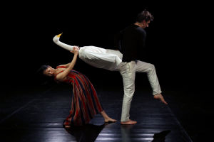 Swan of Tuonela -produktion pressikuva. Kuvassa Juhee Lee js Ville Walo