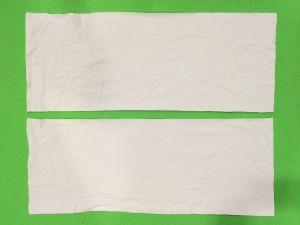 Kaksi suorakulmion muotoista kangaspalaa.