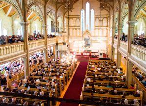 Kajaanin runoviikon yleisöä kuuntelemassa runoja kirkossa
