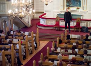 Taisto Reimaluoto esiintyy Kajaanin runoviikolla kirkossa